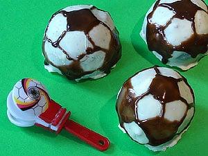 Fußbälle aus Schokoladenkuchen