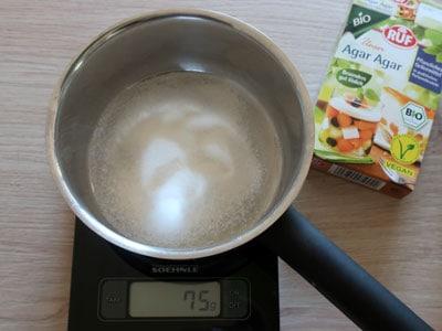 Zucker und Agar Agar abwiegen